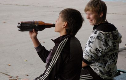 Возраст алкогольного «дебюта» подростков — 12 лет