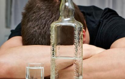 Чем опасна первая выпитая рюмка алкоголя?